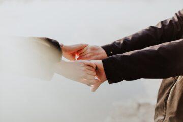 Prawdziwy kocioł emocjonalny. Psycholog opowiada, co czują pary po poronieniach.